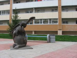 Скульптура_во_дворе_дома_№98_по_улице_Зорге_(Новосибирск)